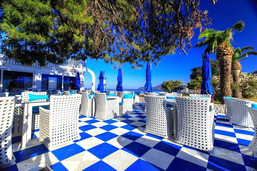 Gastronomie Terrasse mit Fliesen aus PP-Kunststoff