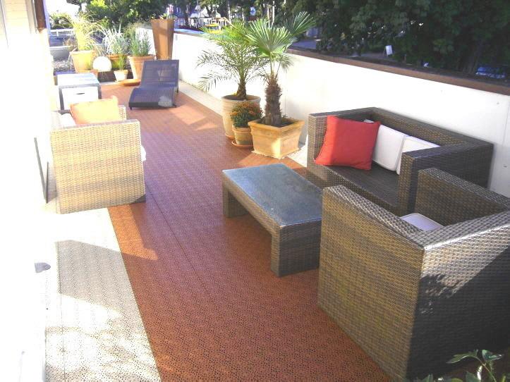 Private Dachg-Terrasse mit Fliesen aus PP-Kunststoff