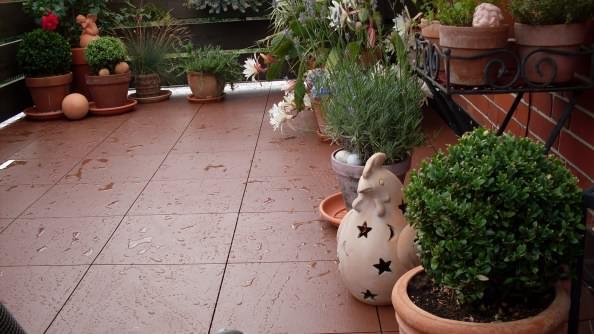 Private Terrasse mit Fliesen aus PP-Kunststoff