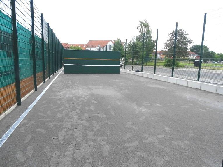 Planum aus Edelbruch 0/2 Pflastersand für Tennis-Kleinspielfeld hergestellt