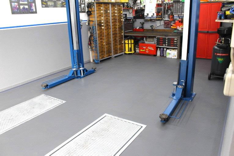 Kleine Werkstatt mit PVC-Boden-Fliese Typ INVISIBLE in Grau