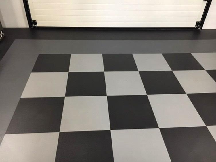 Garage mit PVC-Boden-Fliese Typ INVISIBLE im Schachbrett-Muster