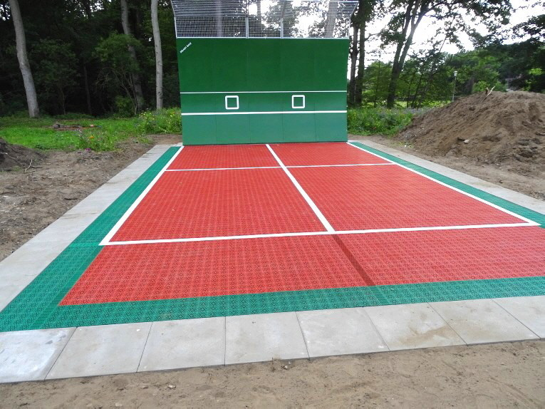Der Tennisboden und Zubehör lieferte OSTACON Bodensysteme, die Installation wurde über BTS Berlin Tennis Service GmbH, Niederlassung Rosengarten  und dem Team von Detlef Beuerle, fachkundig ausgeführt.