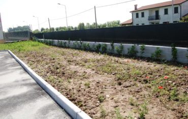 Totale Deckung des Einschitts bis zu dem vorhandenen Boden mit Geländeaufschüttung und eventuell Saat