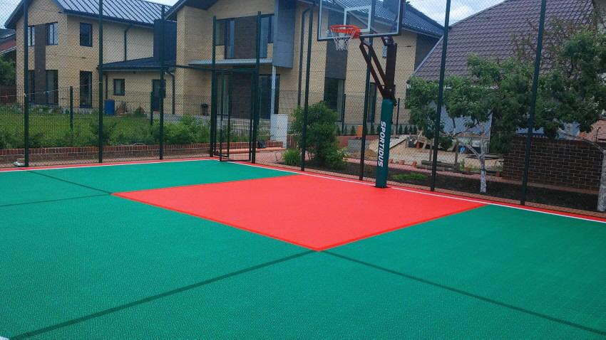 Kleinspielfeld mit Basketballkorb im Garten