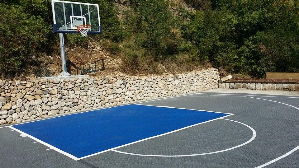 Gartenbereich mit Kleinspielfeld für Basketball