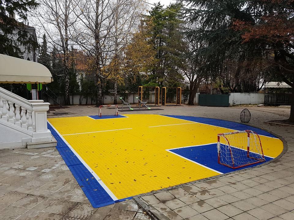 Kleine Sportfläche aus Kunststoffbodenbelag