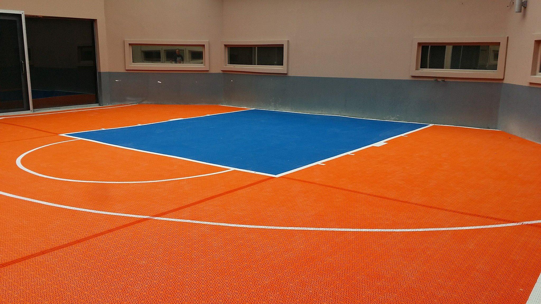 Basketball Kleinspielfeld für 3 x 3 Spiel in den Farben Orange und Blau